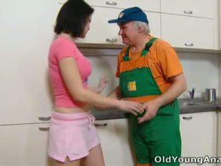 Dasha yra waiting apie jos virtuvė counter alone į a rožinis outfit šiandien