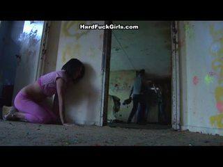 Naine tabatud ja perses sisse an abandoned maja