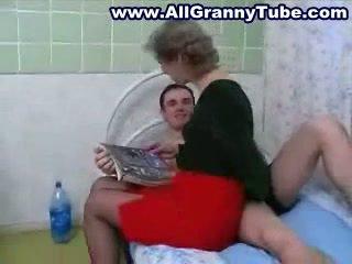 Perempuan tua dan grandson hubungan intim