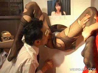 Japoneze sweetie getting këmbë licked në vrimë
