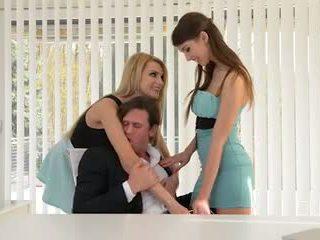Two secretaries veikt milzīgs boss dzimumloceklis uz the pakaļa