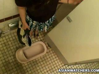 Asijské školačka masturbates v ji schools koupelna