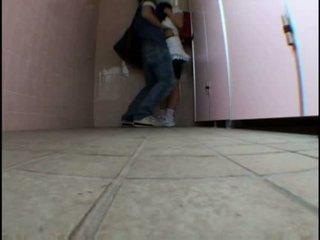 Jeune ado molested sur schooltoilet