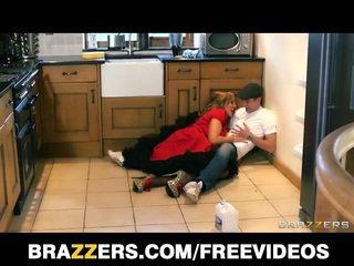 Голям бюст британски nanny does на plumber