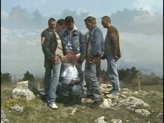 Κοκκινομάλλα/ης γκόμενα gang-banged επί ο hill