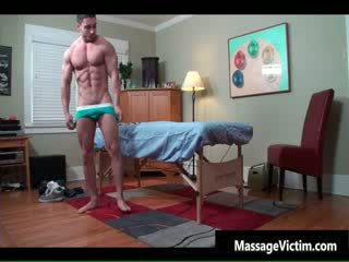 Super seksi bodied guy gets berminyak untuk homoseks pria