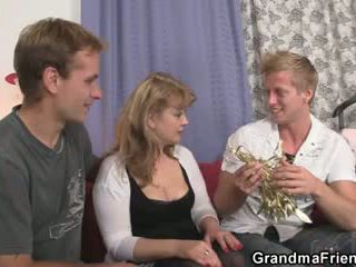 Cocksucking леді скаче пеніс на те ж саме час