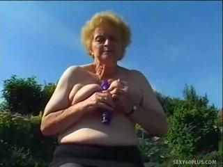 Äldre donna inuti nylonstrumpor has bra joystick