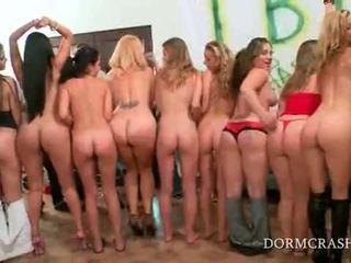 Akademi sluts bokong spanked oleh bintang porno di seksi seks pesta