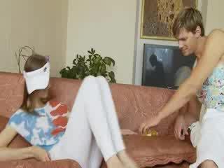 Beata likes ajo kur egërsisht dhe vibrator në anale