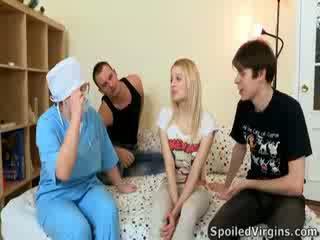 Blondi, kauniita ja valmis kohteeseen menettää hänen virginity! natali on definitely a goer ja she's valmis varten toiminta