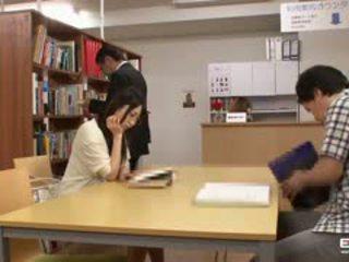 Vilain japonais students baisée en la bibliothèque