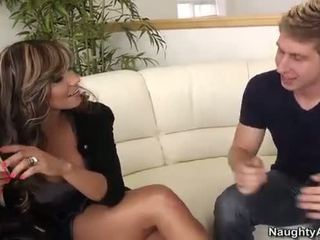Esperanza gomez takes en ung kuk på den soffan