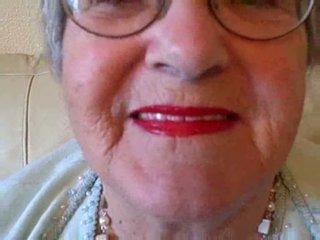 奶奶 puts 上 她的 唇膏 然后 sucks 年轻 公鸡 视频