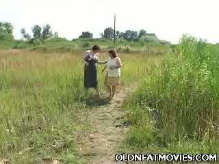 Çişik ýaşy ýeten lesbians going at it