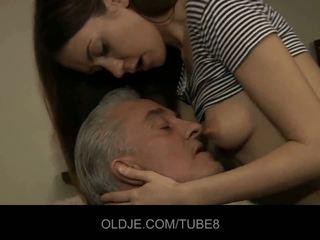 Velho homem blows jovem cu e pequena cona
