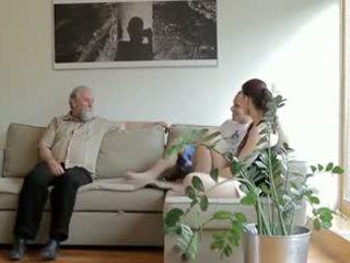Възбуден стар мъж fucks son's приятелка