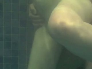Debaixo de água a foder - transando na piscina