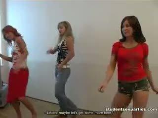 Boozed students dances entice guys إلى اللعنة