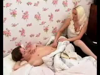 Lidenskapelig mamma merker gutt pikk hardt med hot blowjob og runking.