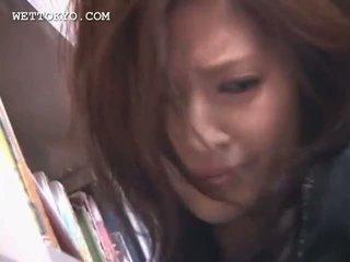 Tempting aziāti cutie cunt teased zem svārkiem uz the bibliotēka