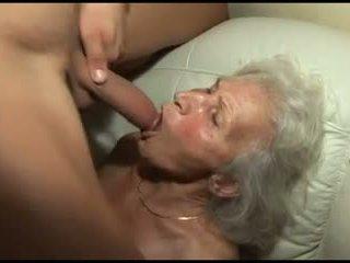 Embistiendo la granny's peluda coño