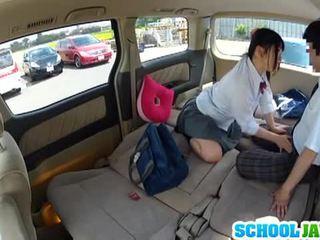 Japoniškas mokinukė banged į a parking daug