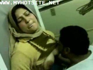 Arab casalinga scopata da giovane stallone