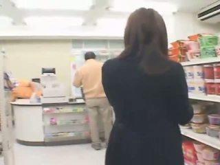 Prsnaté japonské hitomi tanaka has sex v the obchod