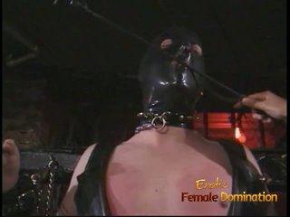 Perverssi nasta sisään a naamio enjoys being spanked mukaan an aasialaiset