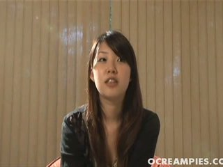 여러 아시아의 청소년 표시 떨어져서 그들의 뜨거운 bodies