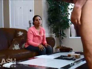 Pembantu wawancara dickflash nyata wanita berbusana pria telanjang