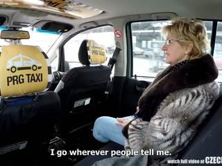 Tjeckiska äldre blondin hungrig för taxi drivers kuk: porr 99