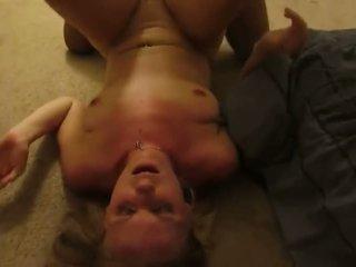 Blond kone gets knullet i foran av mann