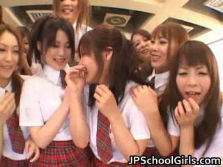 Vackra japanska schoolgirls exploring