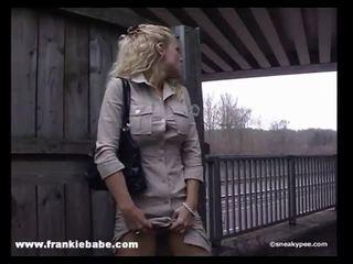 Kinky blond babe has en ekte fetisj til pissing i offentlig