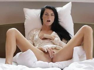 Dulce chica margot masturbates su coño