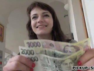 Eurobabe aimee ryan flashes tema väike tissid ja perses jaoks raha