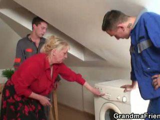 Two repairmen distribuie pieptoasa bunica
