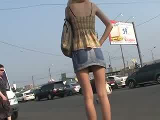 Agradável conhecimento com amadora para cima skirts