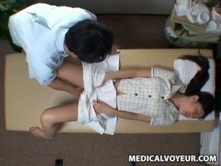 Spycam reluctant moglie seduced da masseur
