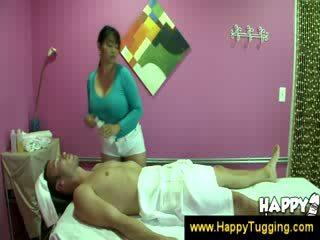 Ketimuran urut masseuse handjobs wanking goncang zakar goncang zakar tugging tug kerja wanita berpakaian dan lelaki bogel/ cfnm besar bodoh bigtits bigboobs