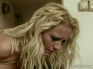 Jaunas valdovė punishing suaugę blondinė