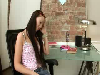 Evelina แบบ ออฟฟิศ ความสุข บน a เก้าอี้