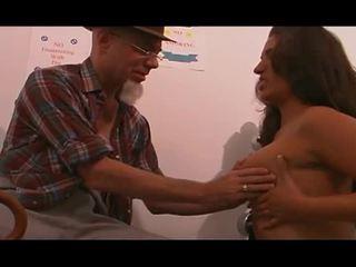 Nuori sairaanhoitaja perseestä mukaan vanha mies