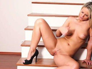 Impressive samantha jolie في darky أحذية teases لها smut coochie