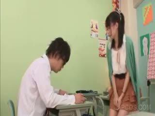 角质 亚洲人 老师 seducing 一 学校 男孩 在 课堂