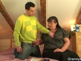 היא pleases a guy עם שלה גדול פטמות ו - שמן כוס