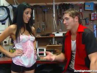Slutty підліток трахання її mechanic