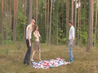 Amatur czechian bertiga dalam yang hutan